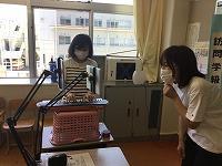キーボードを弾く教員