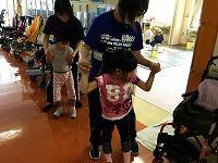 廊下で踊る児童